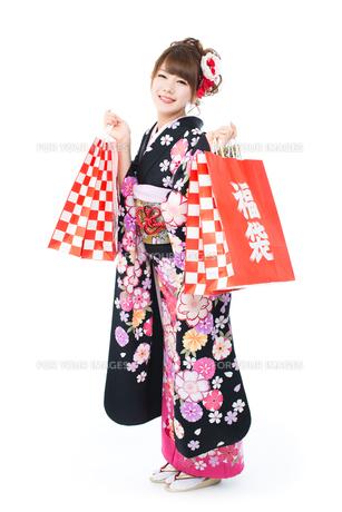 白背景で振袖を着た女性の写真素材 [FYI00557750]