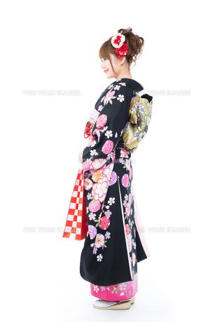 白背景で振袖を着た女性の写真素材 [FYI00557767]