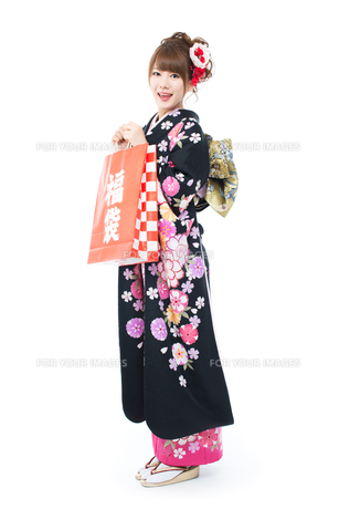 白背景で振袖を着た女性の写真素材 [FYI00557771]