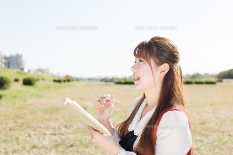 ノートを持つ女性の写真素材 [FYI00557974]