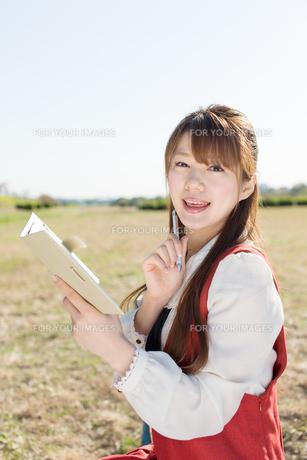ノートを持つ女性の写真素材 [FYI00557975]