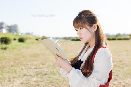 ノートを持つ女性の写真素材 [FYI00557976]