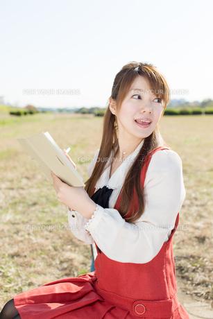 ノートを持つ女性の写真素材 [FYI00557978]