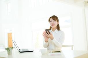 仕事中のビジネスウーマンの写真素材 [FYI00558037]