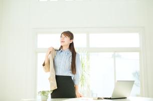 仕事中のビジネスウーマンの写真素材 [FYI00558056]