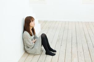 悩む若い女性の写真素材 [FYI00558233]