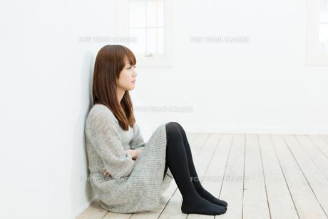 悩む若い女性の写真素材 [FYI00558235]