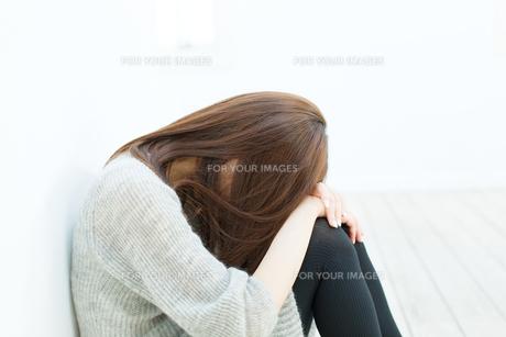 悩む若い女性の写真素材 [FYI00558236]
