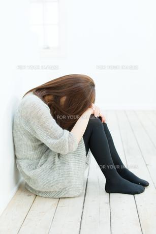悩む若い女性の写真素材 [FYI00558239]