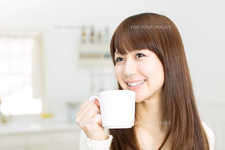 台所の若い主婦の写真素材 [FYI00558408]