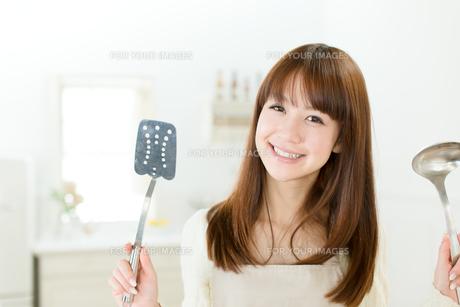 台所の若い主婦の写真素材 [FYI00558412]