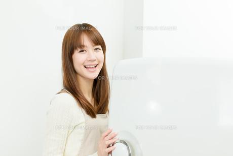 台所の若い主婦の写真素材 [FYI00558419]