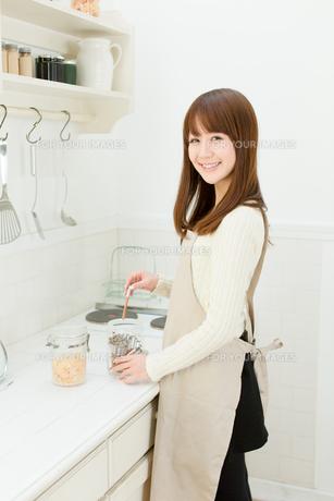 台所の若い主婦の写真素材 [FYI00558424]