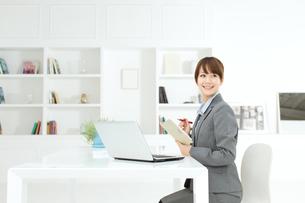 デスクワーク中のビジネスウーマンの写真素材 [FYI00558481]