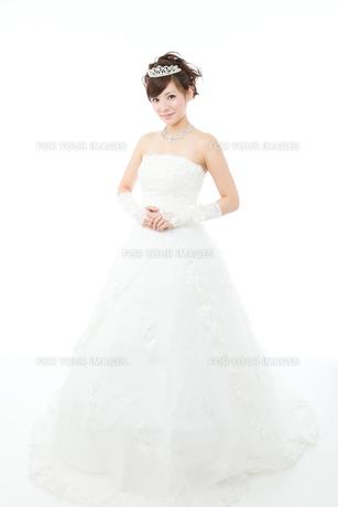 ウエディングドレス白背景の写真素材 [FYI00558859]