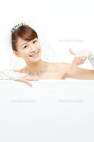 ウエディングドレスの女性の写真素材 [FYI00558980]