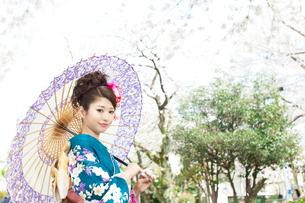 青い振袖の若い女性の写真素材 [FYI00559064]