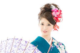 青い振袖の若い女性の写真素材 [FYI00559085]