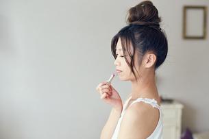 口紅を塗る女性の写真素材 [FYI00559434]