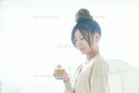 朝コーヒーを飲む女性の写真素材 [FYI00559447]