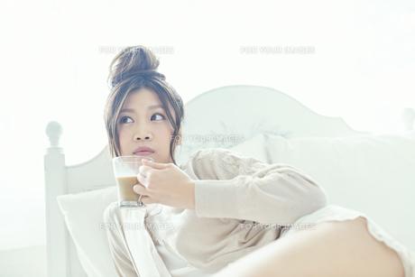 朝コーヒーを飲む女性の写真素材 [FYI00559457]