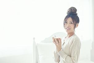 朝コーヒーを飲む女性の写真素材 [FYI00559458]