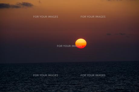 海に沈む夕陽の写真素材 [FYI00559711]
