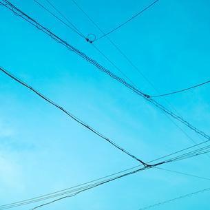 青空と電線の写真素材 [FYI00559968]