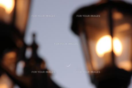 街灯と三日月の写真素材 [FYI00560222]