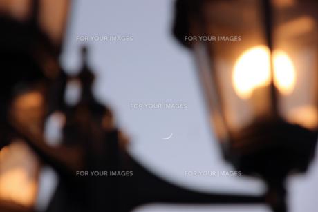 街灯と三日月の写真素材 [FYI00560224]