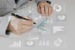 ビジネスイメージ ファイナンシャルグラフの写真素材 [FYI00560240]