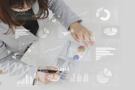 ビジネスイメージ ファイナンシャルグラフの写真素材 [FYI00560242]