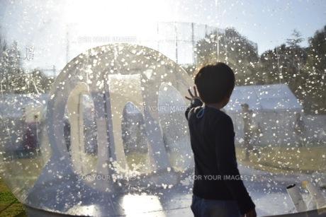 子供とバルーンの写真素材 [FYI00563761]