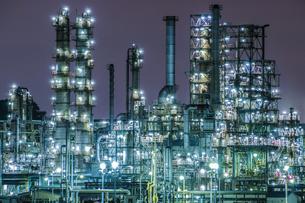 青い工場夜景の写真素材 [FYI00564759]