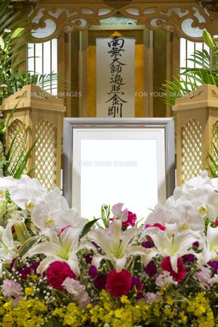 告別式の祭壇の写真素材 [FYI00564845]