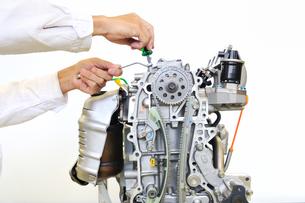 自動車エンジンの整備の写真素材 [FYI00569371]