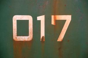 赤錆のある緑のタイポグラフィがある鉄板|グラフィック素材の写真素材 [FYI00569420]