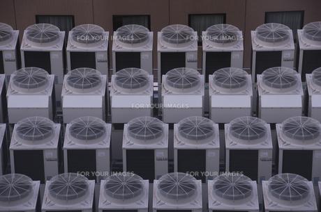 屋上の室外機の写真素材 [FYI00571639]