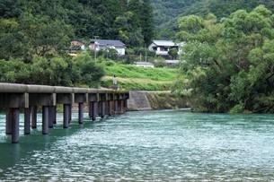 四万十川の風景(沈下橋)の写真素材 [FYI00571815]