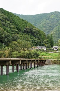 四万十川の風景(沈下橋)の写真素材 [FYI00571817]