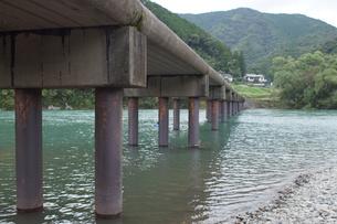 四万十川の風景(沈下橋)の写真素材 [FYI00571818]