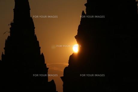 夕日に影るワットチャイワタラーナームの写真素材 [FYI00572051]