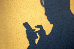 スマートフォンを操作する手の写真素材 [FYI00572068]