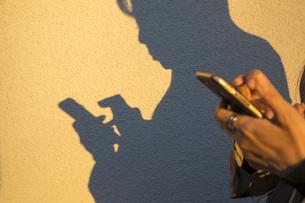 スマートフォンを操作する手の写真素材 [FYI00572069]