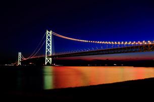 明石海峡大橋 ライトアップの写真素材 [FYI00576261]