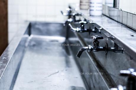 学校の水道の写真素材 [FYI00580418]