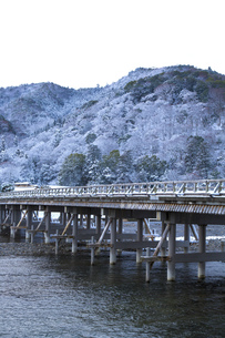 京都嵐山渡月橋の雪景色の写真素材 [FYI00580443]