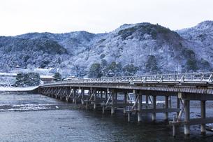 京都嵐山渡月橋の雪景色の写真素材 [FYI00580444]