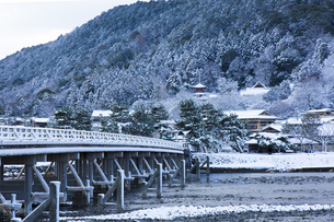 京都嵐山渡月橋の雪景色の写真素材 [FYI00580449]