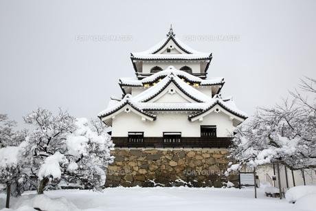雪の彦根城の写真素材 [FYI00580457]